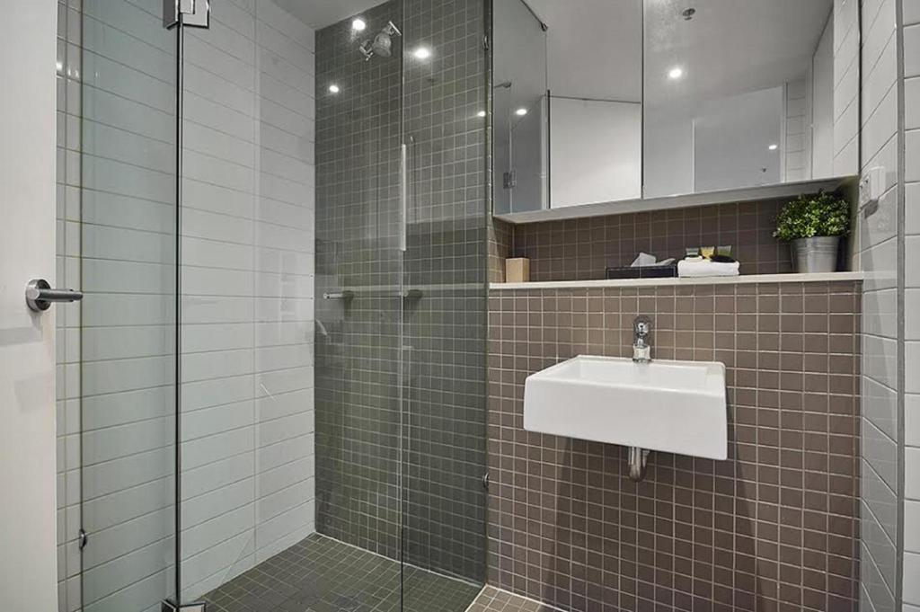 1 Bedroom Apartment - Bathroom Melbourne Holiday Apartments McCrae
