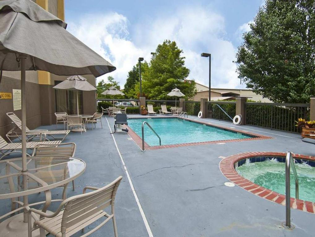 Piscina externa Hampton Inn Jackson Pearl International Airport
