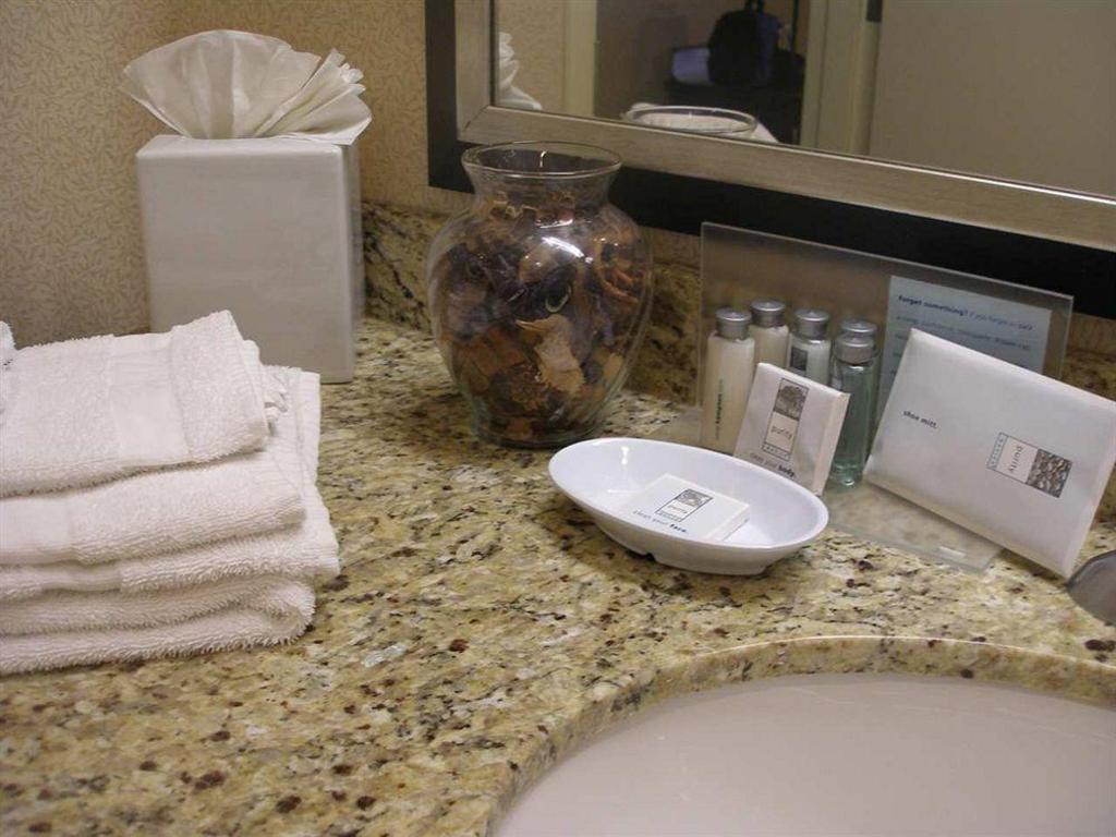 Hampton Inn Garden City - NY Hotel in New York (NY) - Room Deals ...
