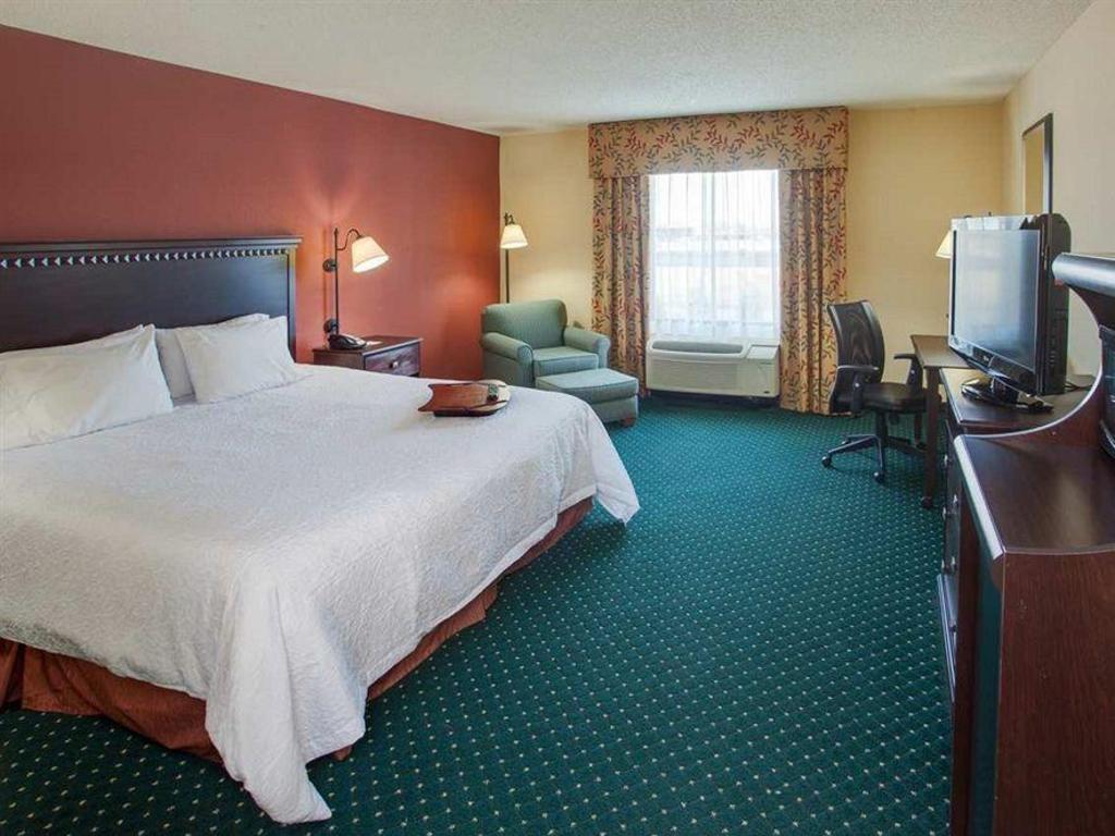 best price on hampton inn garden city ny hotel in new. Black Bedroom Furniture Sets. Home Design Ideas