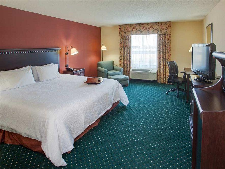 hampton inn garden city ny hotel in new york ny room. Black Bedroom Furniture Sets. Home Design Ideas
