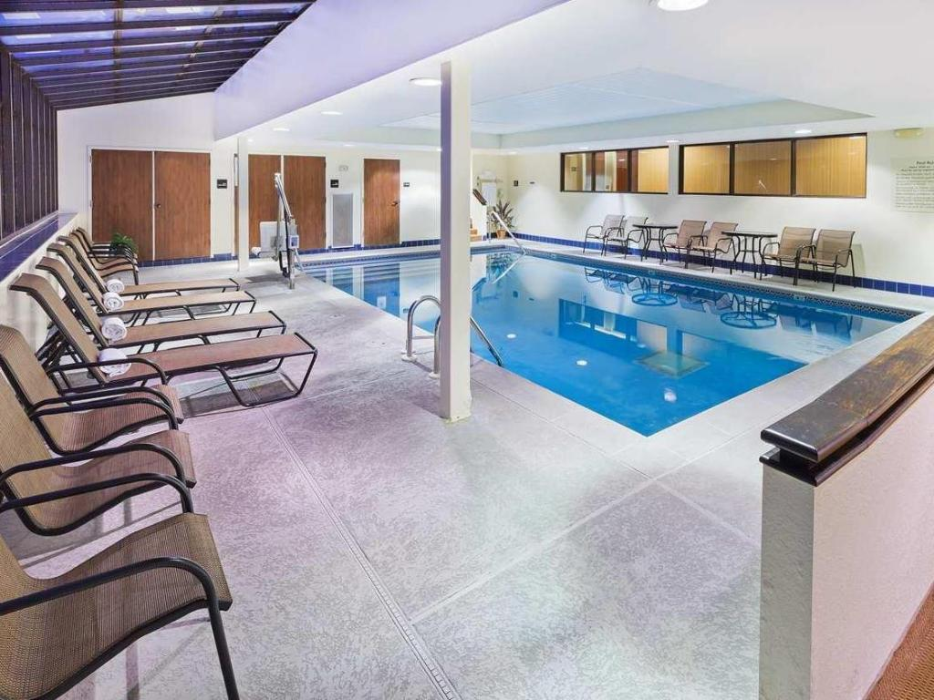Swimming pool SureStay Plus Hotel by Best Western Norman
