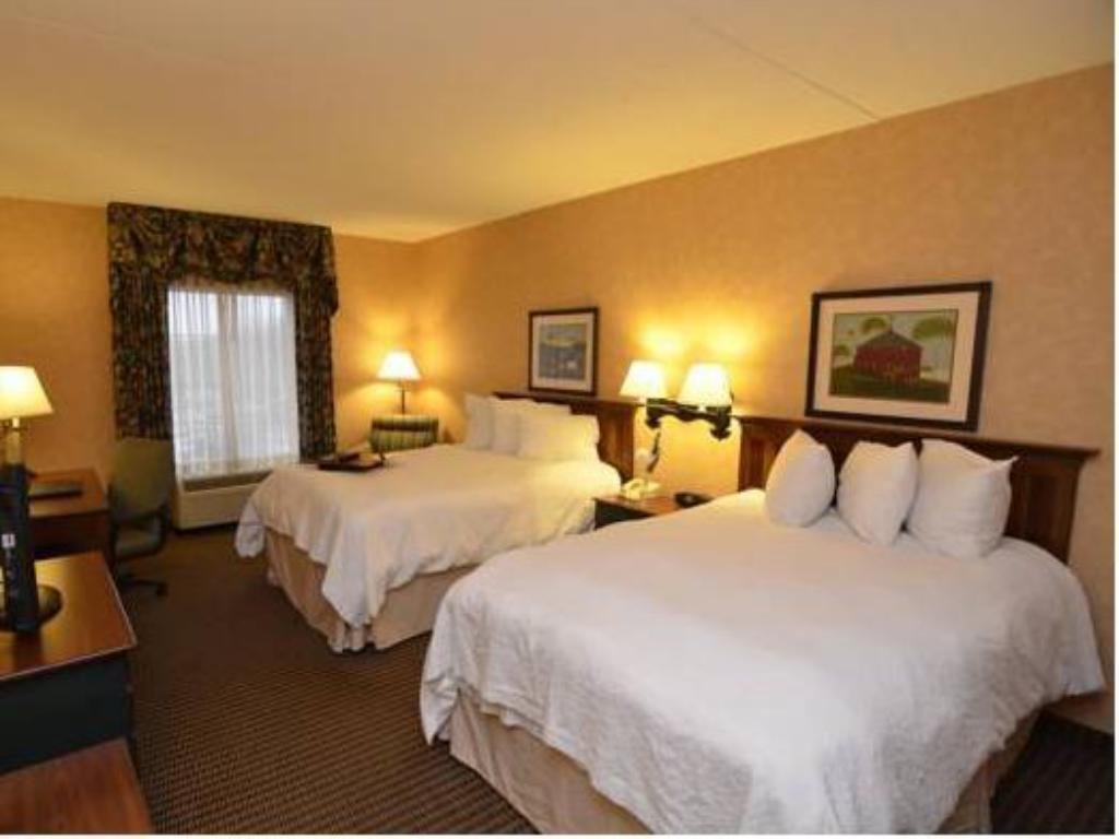 Double with 2 Double Beds - Guestroom Hampton Inn and Suites State College  at Williamsburg Square