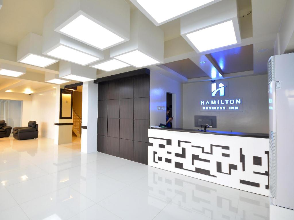 Resepsionis Hamilton Business Inn