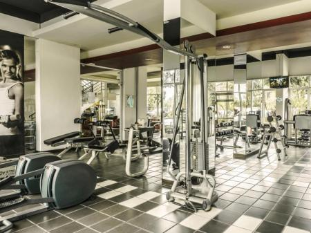 Fitness center High Livin' Apartment