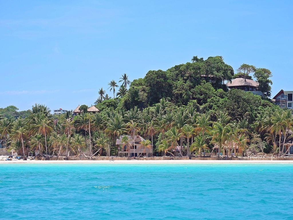 شاطئ منتجع ستراند بوروكاي (The Strand Resort Boracay)