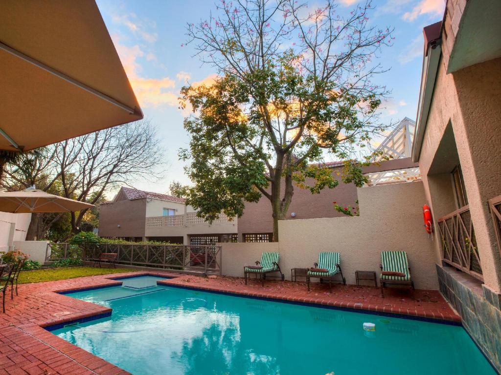 Deals on courtyard hotel sandton johannesburg in south africa promotional room prices for Public swimming pools in johannesburg