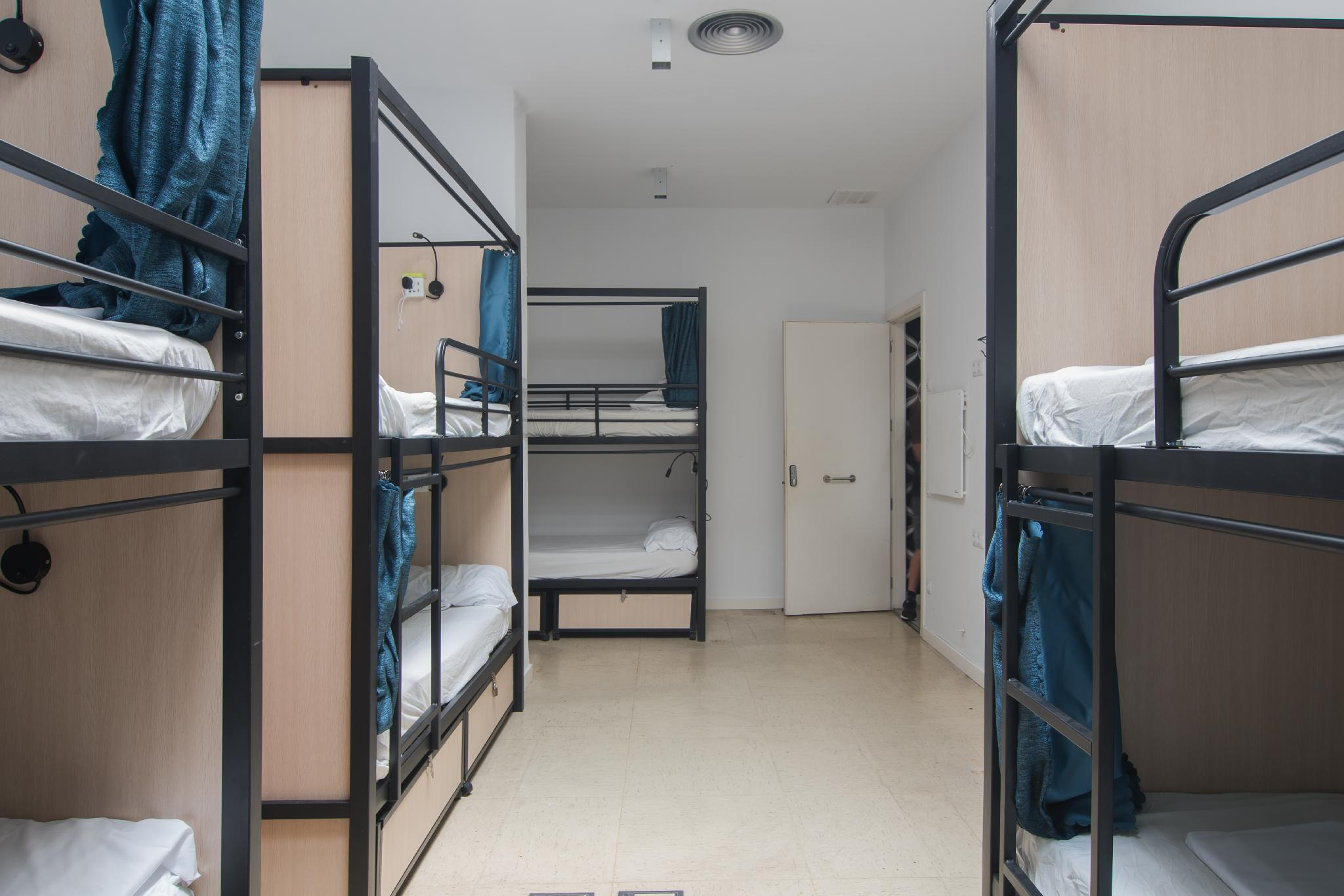 1 Person in 8-Bed Dormitory with Shared Bathroom - Mixed