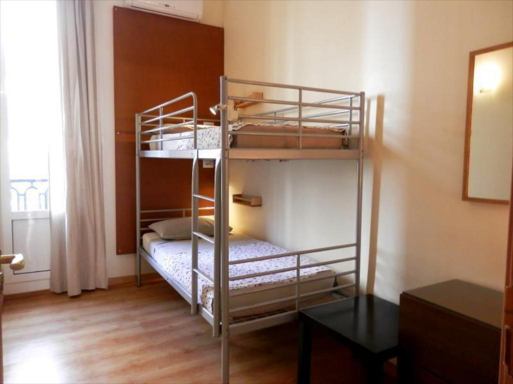 Room for 2 People with Bunk Bed and Shared Bathroom - Soba za goste Barcelona Central Garden