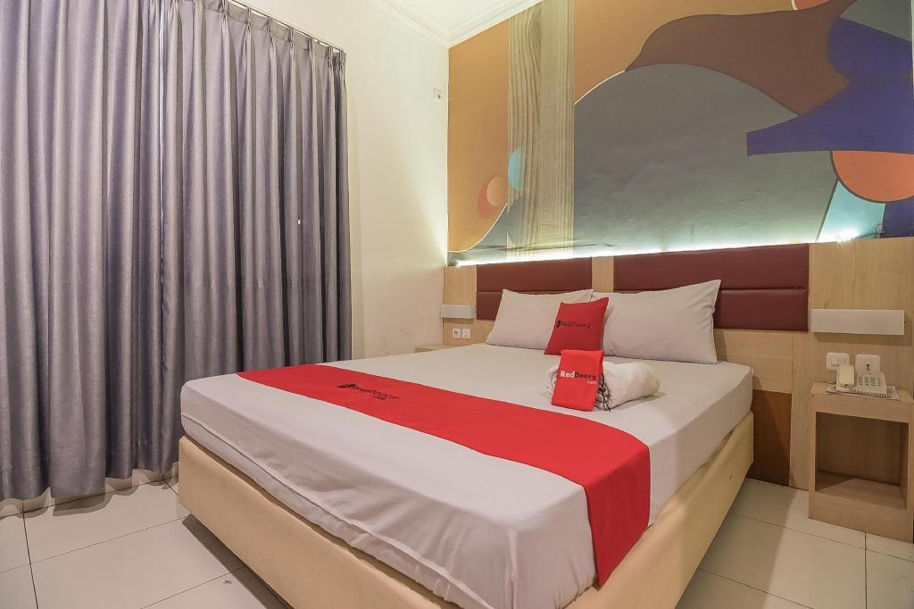 Reddoorz Plus Near Alun Alun Bandung In Indonesia Room