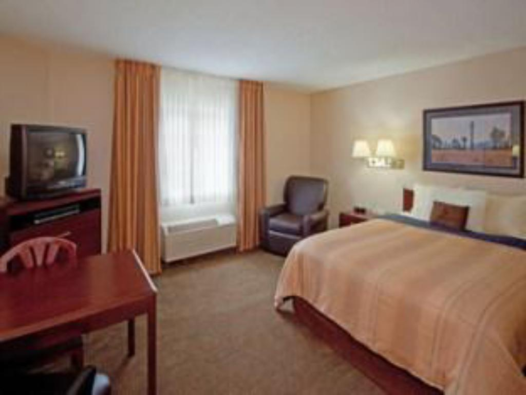 1 Queen Bed Studio Suite Non-Smoking Candlewood Suites Boston-Braintree