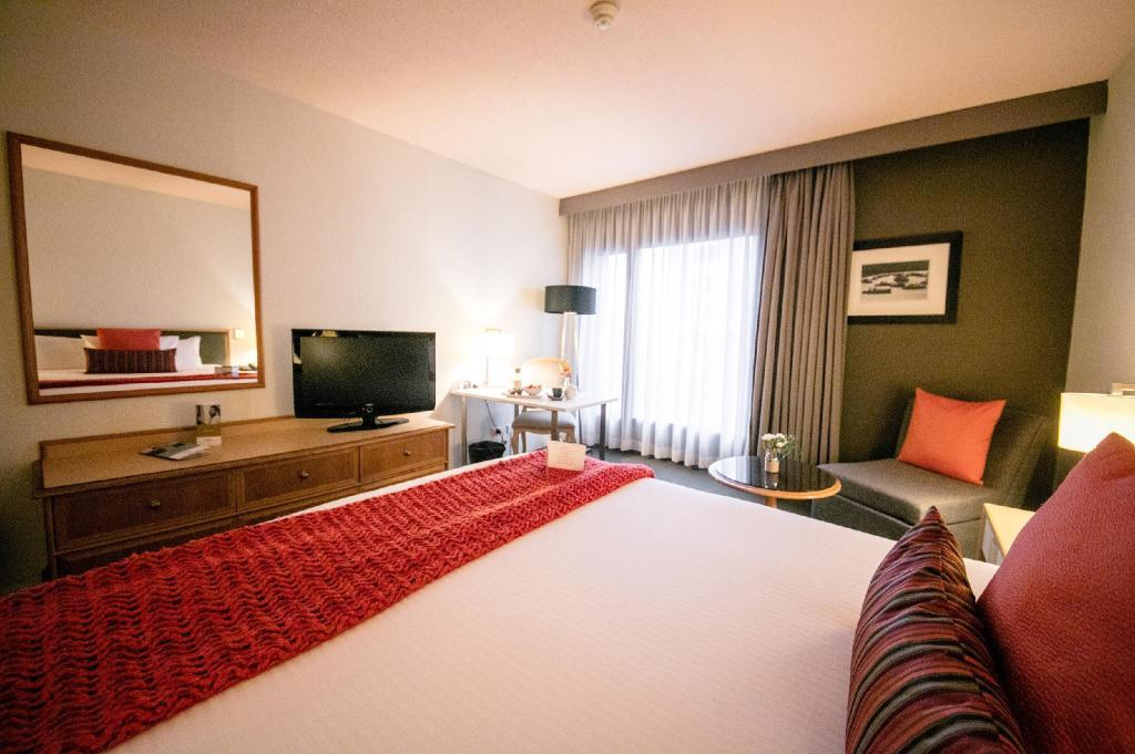 Standard Queen Room - View Mercure Sydney International Airport Hotel