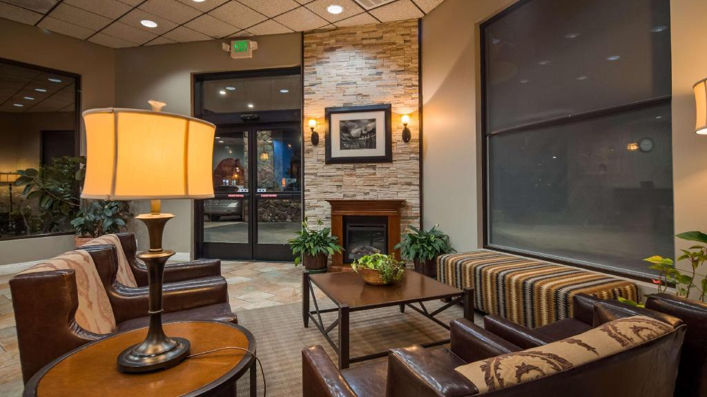 Лоби Best Western Plus Yosemite Way Station Motel