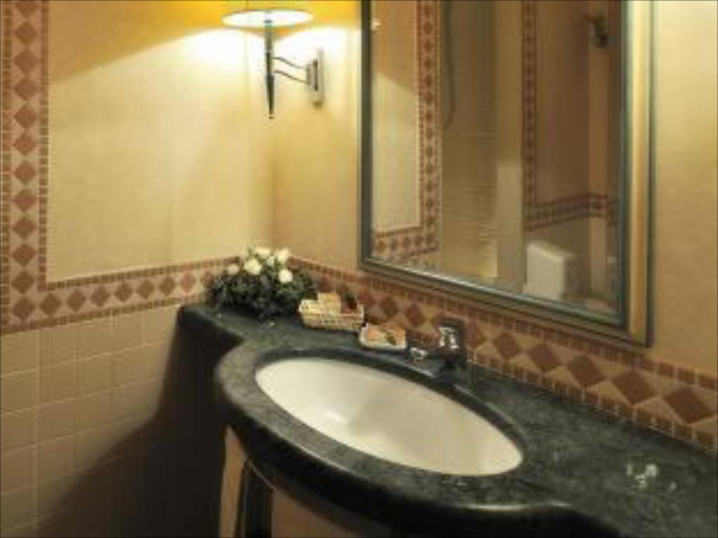 Bathroom Perugia Plaza Hotel