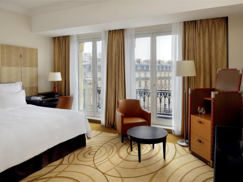 Larger Guest room, 1 King, Champs-Elysees view, WIFI