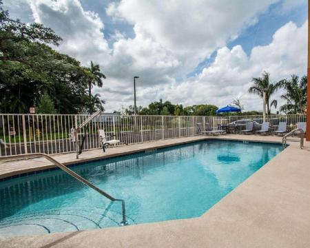 Swimming pool [outdoor] Comfort Suites Fort Lauderdale Airport South & Cruise Port