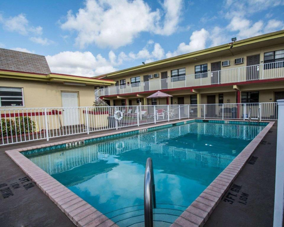 Swimming pool [outdoor] Econo Lodge