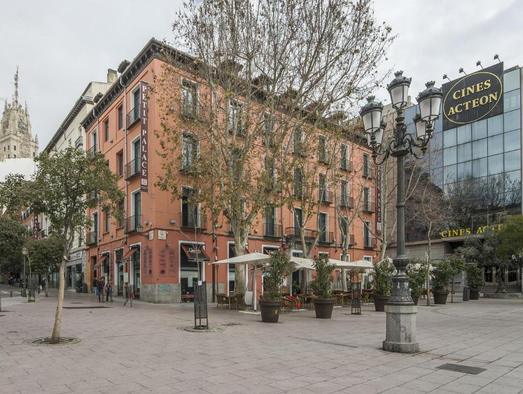 Best price on petit palace plaza del carmen hotel in for Hotels madrid