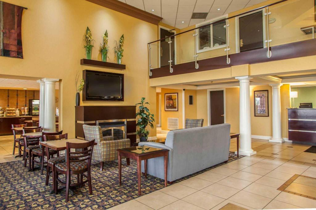 Лобби QUALITY INN & SUITES SAINT CHARLES