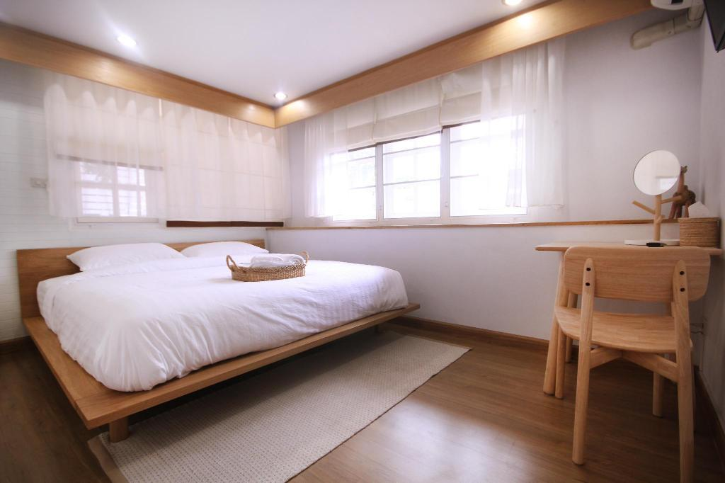 S - Small Eat Sleep Cafe and Bed
