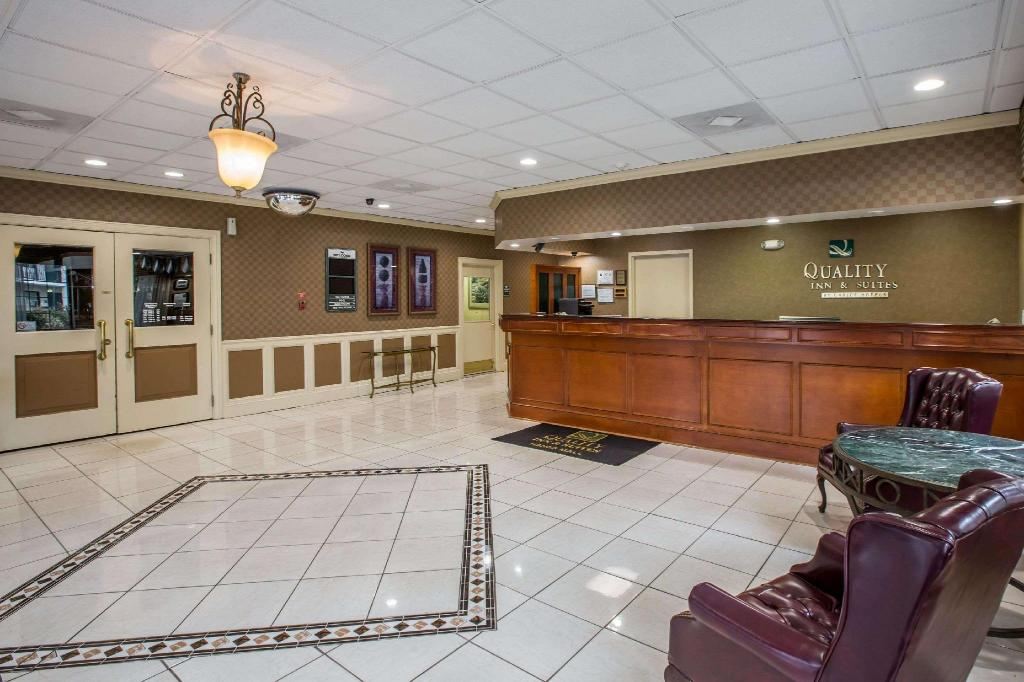 Lobby Quality Inn & Suites Hanes Mall (Quality Inn and Suites Hanes Mall)