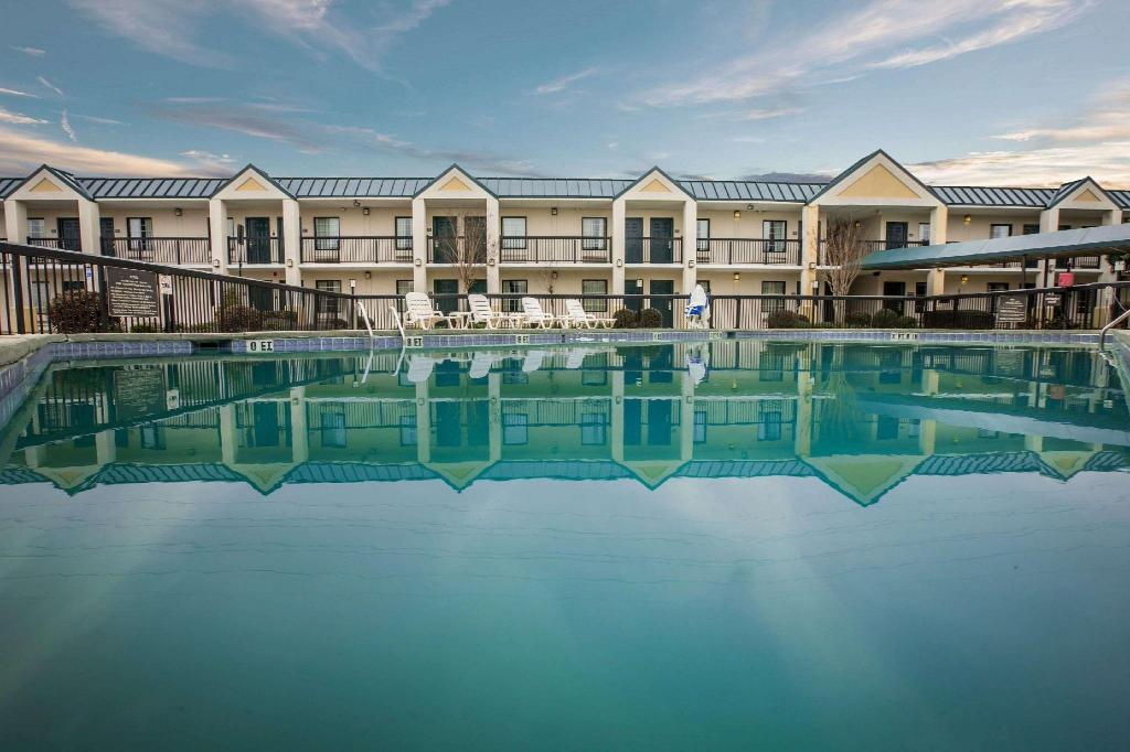 Piscina externa Quality Inn & Suites Hanes Mall (Quality Inn and Suites Hanes Mall)