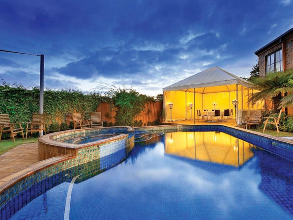 Swimming pool [outdoor] Best Western Plus Buckingham International