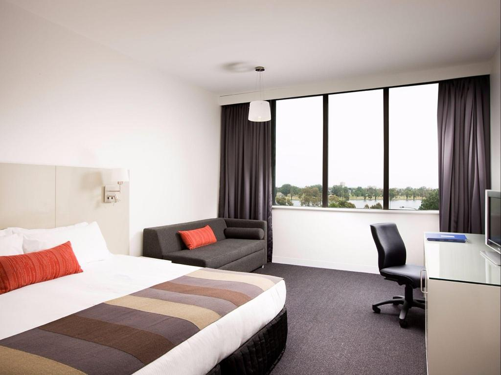 King or Twin Lake View Room - Bed Mercure Melbourne Albert Park