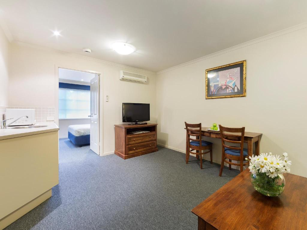 Best Price on Parklands Hotel & Apartments in Canberra ...