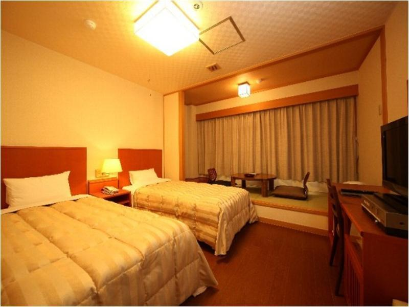 Japanese/Western-style Room (Twin Room + Tatami Space)