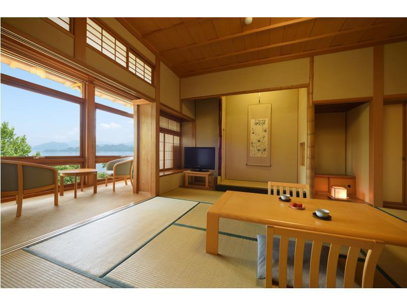 和室 (Japanese-style Room *Lake may not be completely visible in summer months)