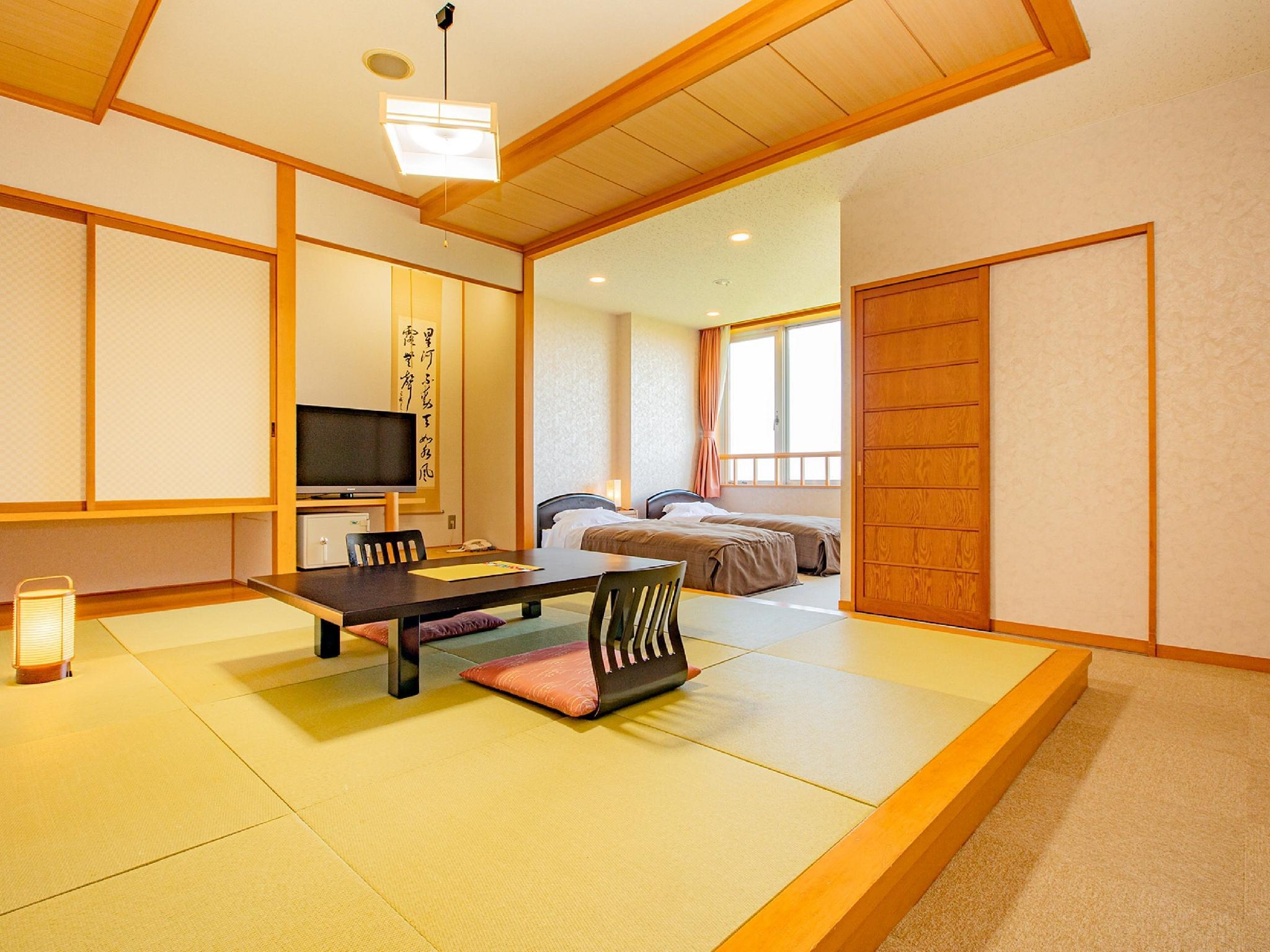 Japanese/Western-style Room (Twin Beds, South Wing)
