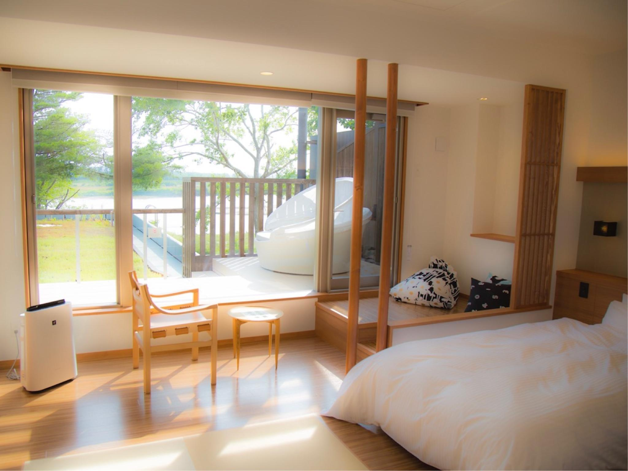 Japanese/Western-style Room with Deck