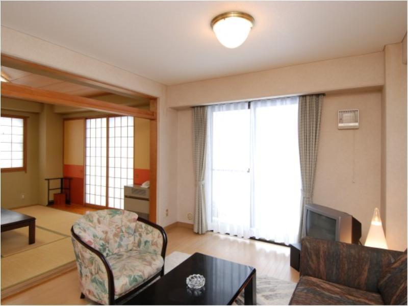 和洋式房 (Japanese/Western-style Room (2 Beds, Resshamura East/West Wing))