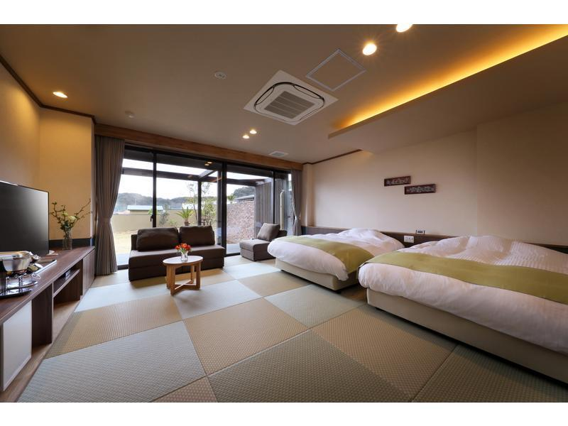 和洋室 (Japanese/Western-style Room with Semi Open-air Bath & Deck Terrace (Hananoka/Harunoka Type))