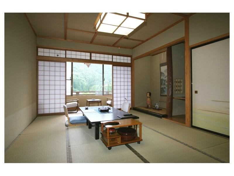 다다미 객실(툇마루) (Japanese-style Room with Hiroen Space)