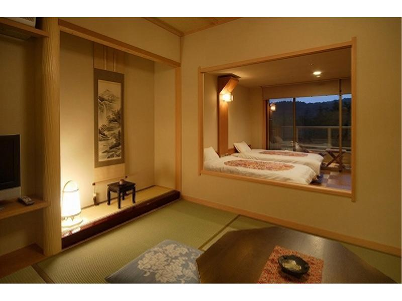 檜露天風呂+和室6畳+ツインベッド+デッキテラス (Japanese/Western-style Room with Open-air Cypress Bath + Deck Terrace (Twin Beds))
