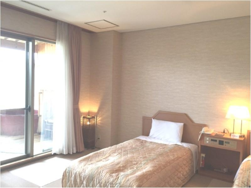 新洋式房(榻榻米+床+露天風呂) (New Western-style Room with Open-air Bath (Tatami and Bed(s)))
