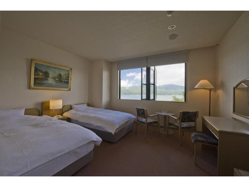 洋室(2,3階 山中湖側)|24平米 (Twin Room with View of Lake Yamanaka)