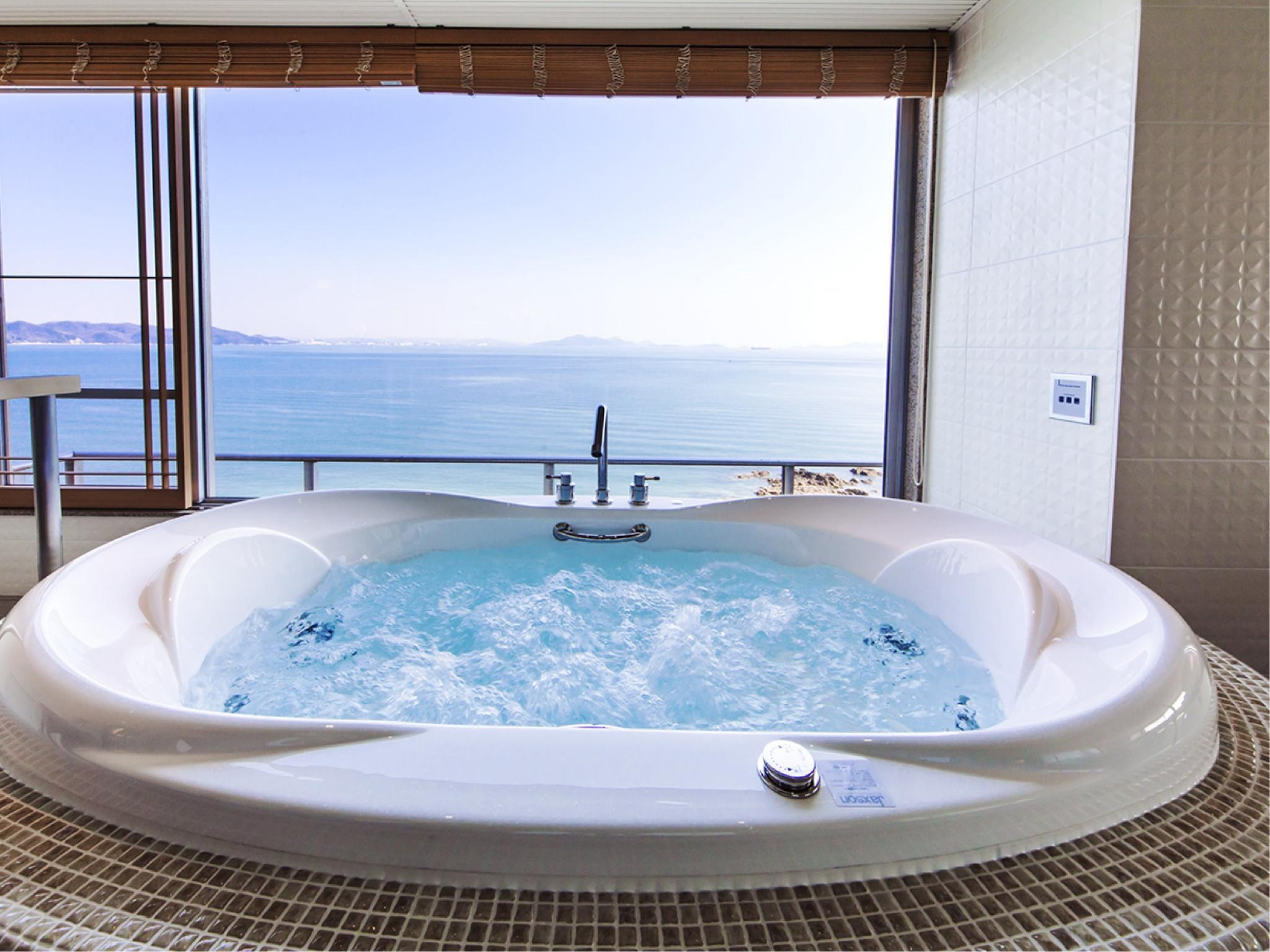 按摩浴缸觀景盆浴套房 (Suite with Scenic View Bath & Jacuzzi)