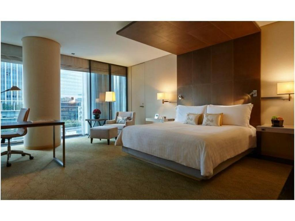 Deluxe Double Room (City View) - Guestroom Four Seasons Hotel Tokyo at Marunouchi