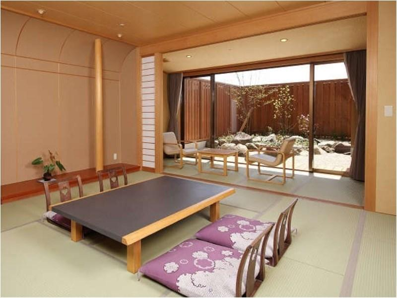 다다미 객실(원천방류식 반노천탕) (Japanese-style Room with Semi Open-air Hot Spring Bath)