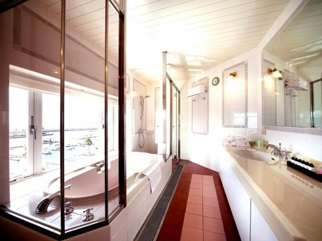 Ocean View Bath Balcony Suite - Guestroom