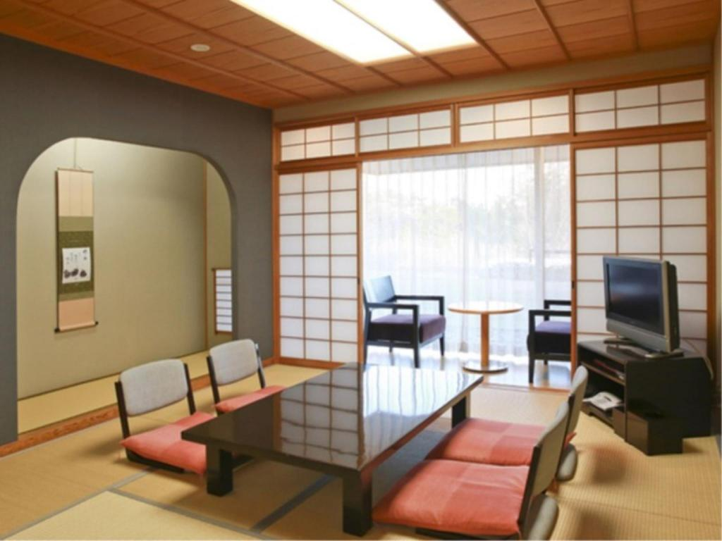 Modern Japanese-style Room with Terrace - Guestroom
