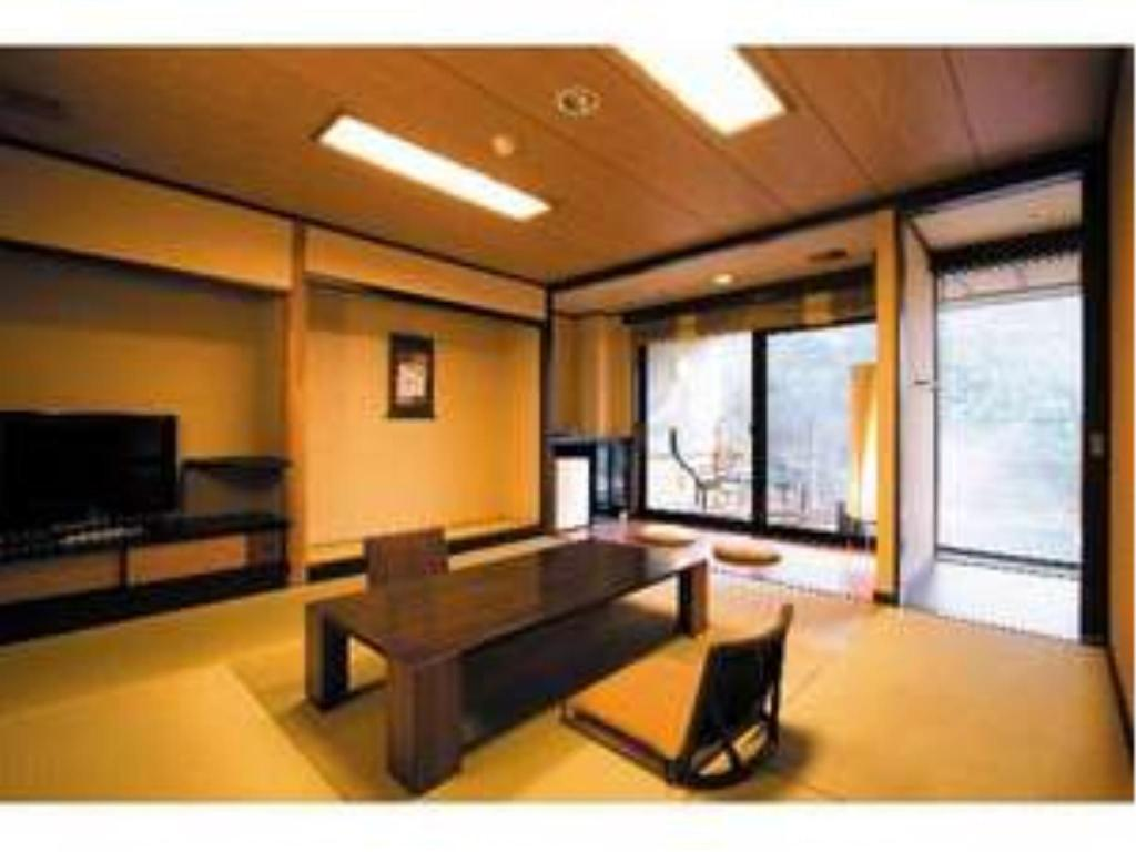 Japanese/Western-style Hollywood Twin Room with Open-air Bath + Deck  - ห้องพัก