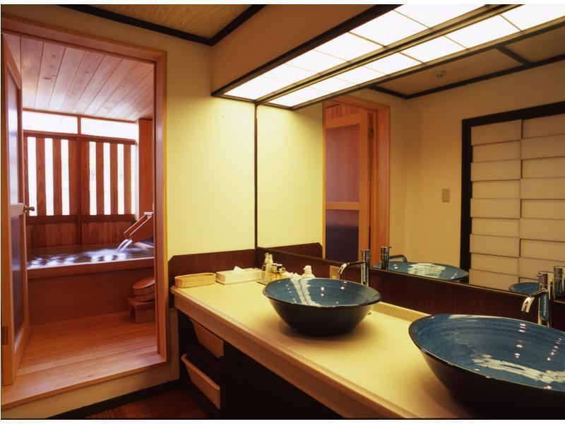 和洋室 (Japanese/Western-style Room with Semi Open-air Cypress Bath (2 Beds, Main Building))