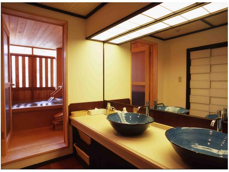 檜風呂(半露天)付和洋室(55平米/リビング付) (Japanese/Western-style Room with Semi Open-air Cypress Bath (2 Beds, Main Building))