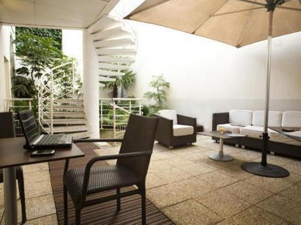 Balcony/terrace Qualys-Hotel Paris Pantheon Apolonia