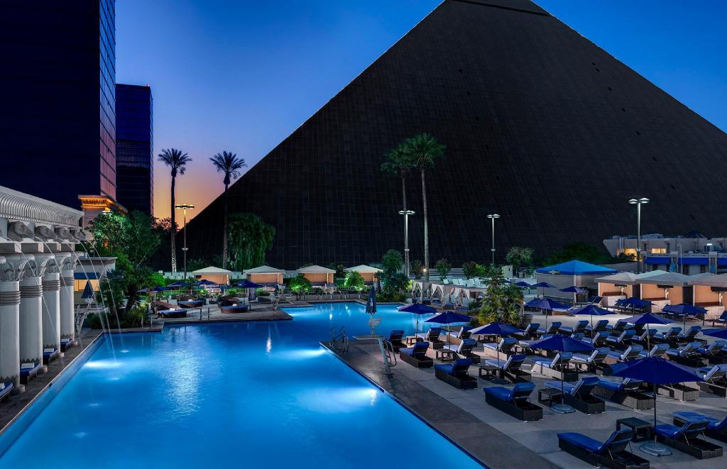 Swimming pool [outdoor] Luxor Hotel