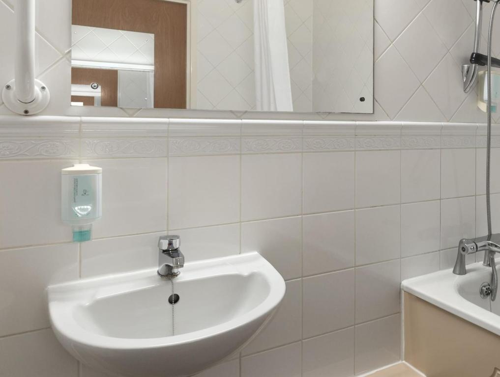Bathroom Hotel Ramada London Finchley